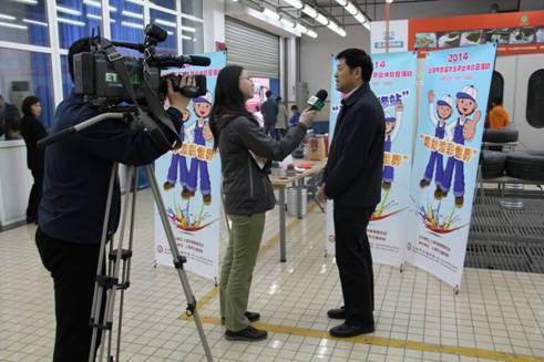 上海教育电视台记者现场采访上海市交通学校鲍贤俊